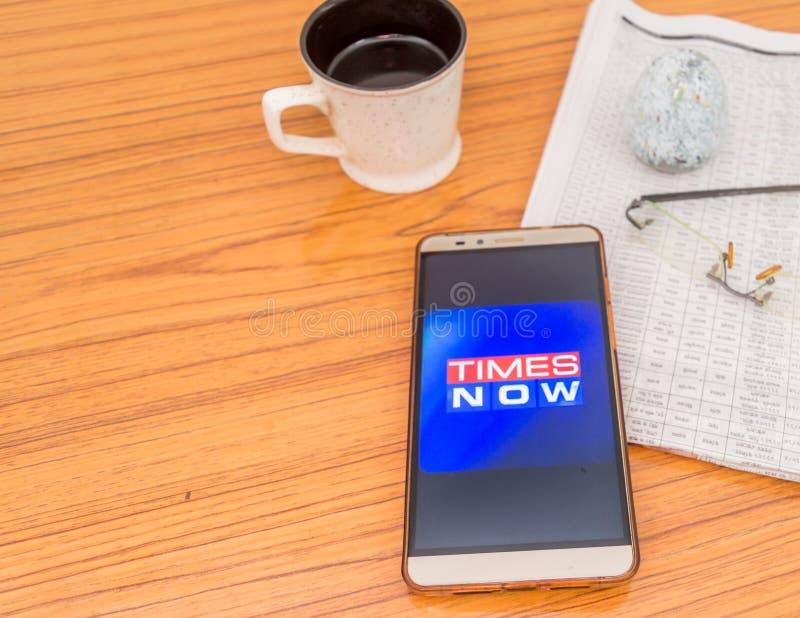 Kolkata, Índia, o 3 de fevereiro de 2019: Aplicação do app da notícia de Times Now visível na tela do telefone celular colocada b imagens de stock