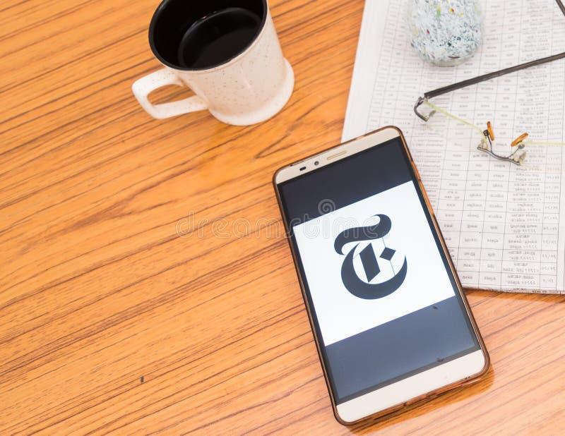 Kolkata, Índia, o 3 de fevereiro de 2019: App da notícia de The New York Times visível na tela do telefone celular colocada belam fotos de stock