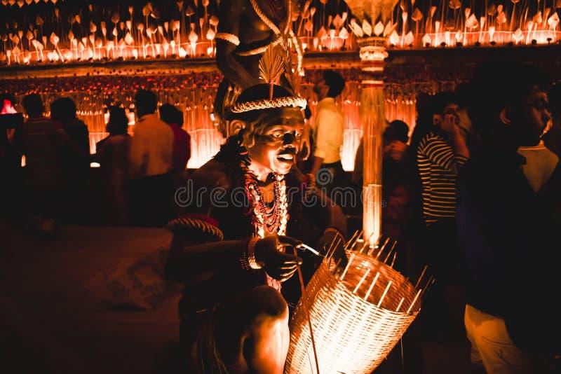 KOLKATA, ÍNDIA SETEMBRO DE 2017 - arte decorada e esculturas do ofício do dançarino africano tribal tradicional do tribo Zulu par foto de stock royalty free