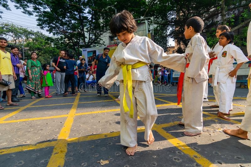 KOLKATA, ΔΥΤΙΚΗ ΒΕΓΓΑΛΗ, ΙΝΔΙΑ - 21 ΜΑΡΤΊΟΥ 2015: Όμορφο νέο κορίτσι στο άσπρο φόρεμα για karate την κατάρτιση στοκ φωτογραφία