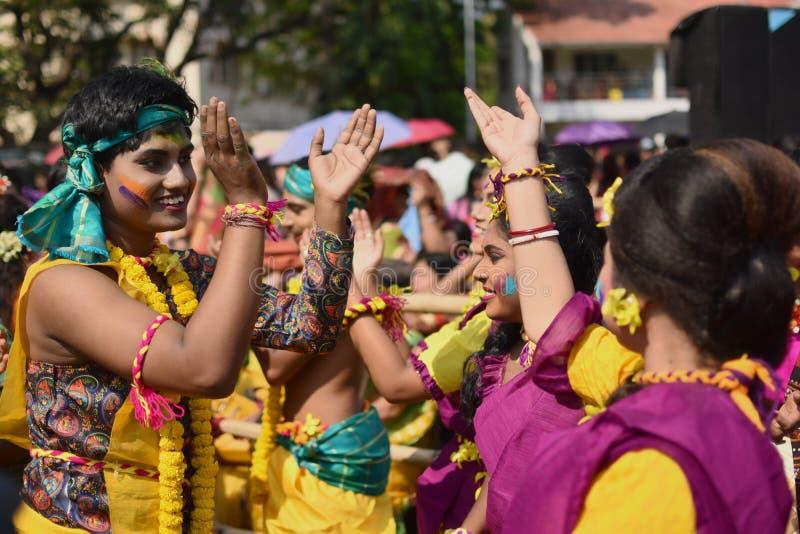 """Kolkata, Индия - 18-ое марта 2019; Студенты университета Rabindra Bharati празднуют """"Basanta Utsav """"на их кампусе в Kolkata стоковые фото"""