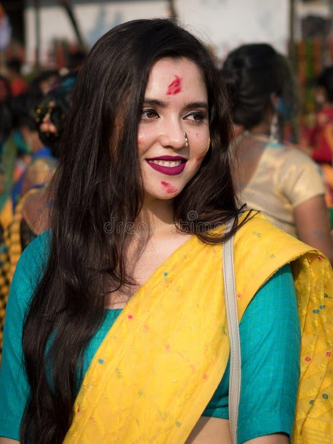 """Kolkata, Индия - 18-ое марта 2019; Студенты университета Rabindra Bharati празднуют """"Basanta Utsav """"на их кампусе в Kolkata стоковое изображение rf"""