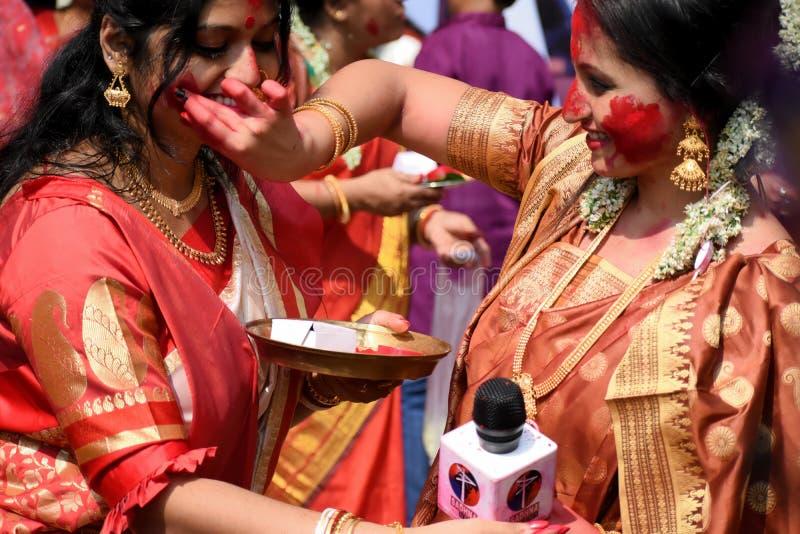 Kolkata, Индия – 19-ое октября 2018; Женщины участвуют в Sindur Khela на puja pandal на последний день puja Durga на Baghbazar стоковые фотографии rf