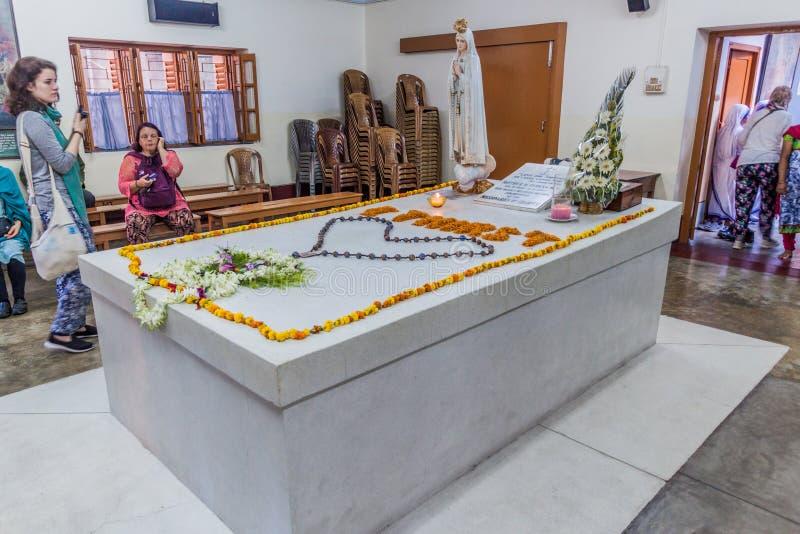 KOLKATA, ИНДИЯ - 30-ОЕ ОКТЯБРЯ 2016: Люди посещают усыпальницу матери Терезы в доме матерей в Kolkata, Indi стоковая фотография