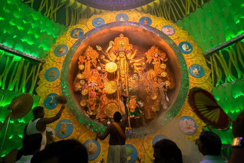 KOLKATA, ИНДИЯ - 1-ОЕ ОКТЯБРЯ 2014: Фестиваль Durga Puja, репортажно-документальная передовица стоковое фото rf