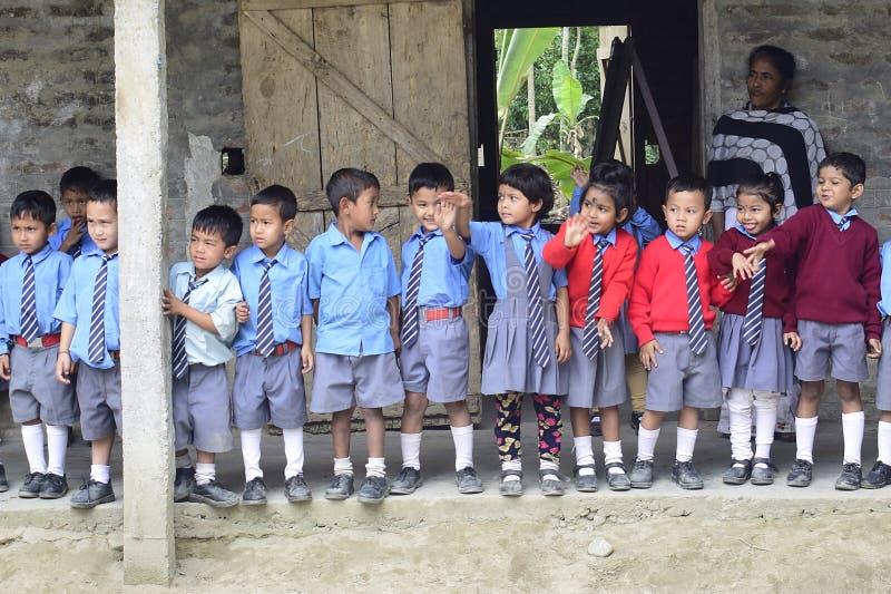 Kolkata Calcutta, India, Kwiecie?/- 11th 2019: Dzieci w wieku szkolnym w biednej spo?eczno?ci wiosce obrazy stock