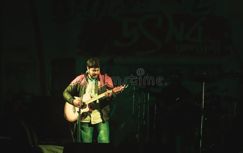 Kolkata Inde le 1er mai 2019 : Guitariste ex?cutant dessus Lieu de rendez-vous de concert de rock avec les lumi?res d'?tape et la images libres de droits