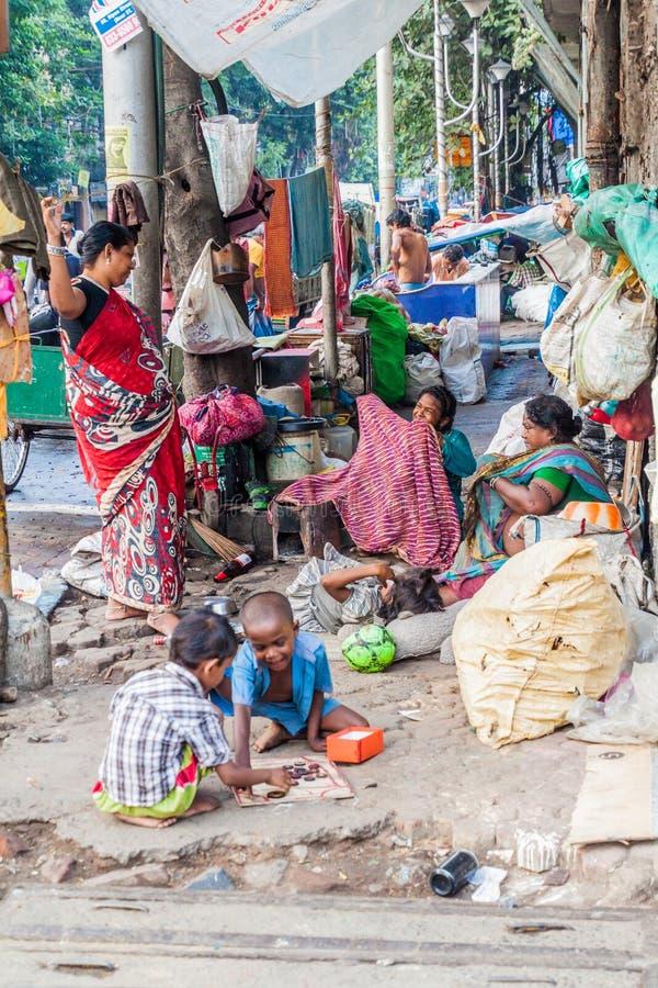 KOLKATA, INDE - 30 OCTOBRE 2016 : Familles sans abri au centre de Kolkata, Ind photos stock