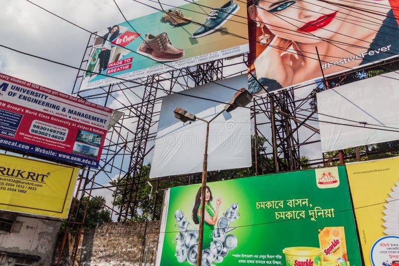 KOLKATA, INDE - 31 OCTOBRE 2016 : Mur des affiches et des billbards au centre de Kolkata, Ind images stock
