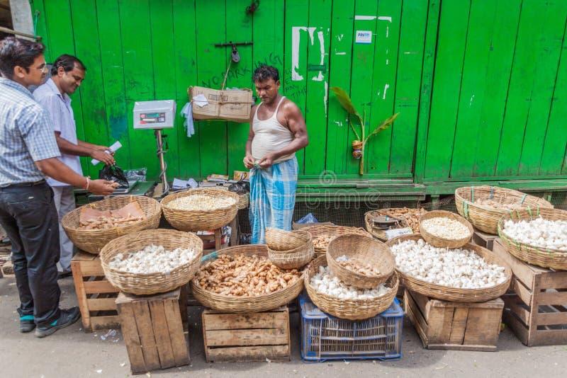 KOLKATA, INDE - 31 OCTOBRE 2016 : Stalle d'ail et de gingembre au marché dans Kolkata, Ind images stock