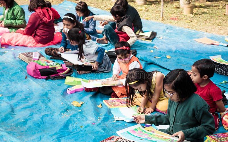 Kolkata, India, 10 Maart, 2019: De interschoolstudenten in zitten en trekken de concurrentie ter gelegenheid van de lentefestival stock afbeeldingen