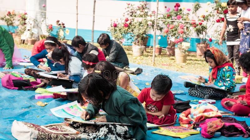 Kolkata, India, 10 Maart, 2019: De interschoolstudenten in zitten en trekken de concurrentie ter gelegenheid van de lentefestival royalty-vrije stock fotografie