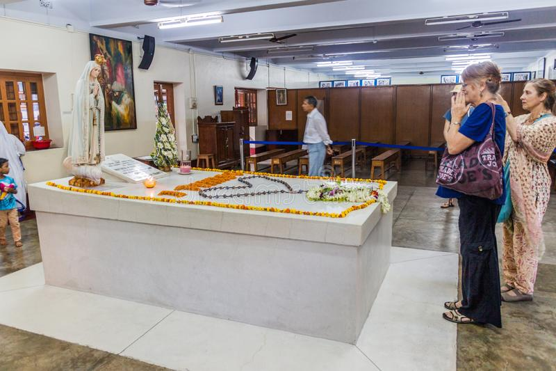 KOLKATA, INDIA - OKTOBER 30, 2016: De mensen bezoeken het graf van Moederteresa in Moedershuis in Kolkata, Indi stock foto