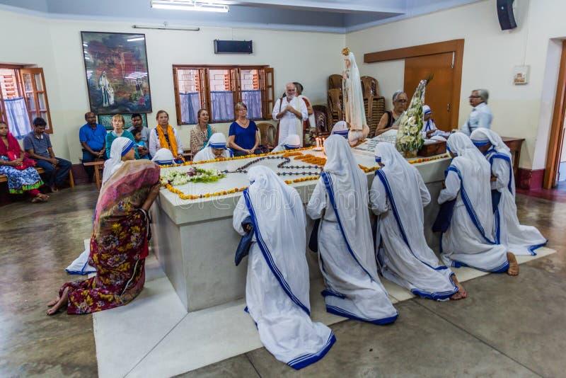 KOLKATA, INDIA - OKTOBER 30, 2016: De zusters van de Missionarissen van Liefdadigheid bidden binnen bij het graf van Moederteresa stock fotografie