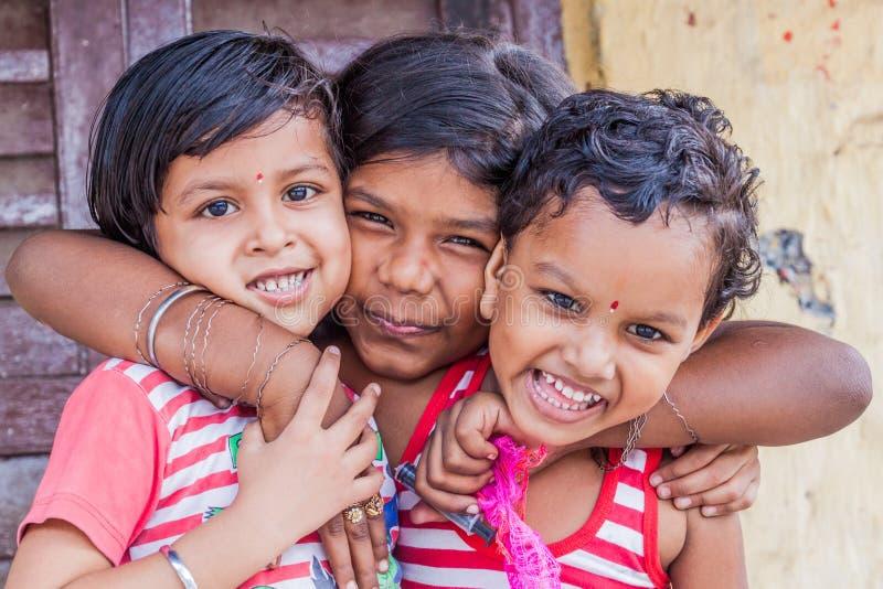 KOLKATA, INDIA - OKTOBER 31, 2016: Groep glimlachende kinderen in Kolkata, Ind. royalty-vrije stock afbeelding