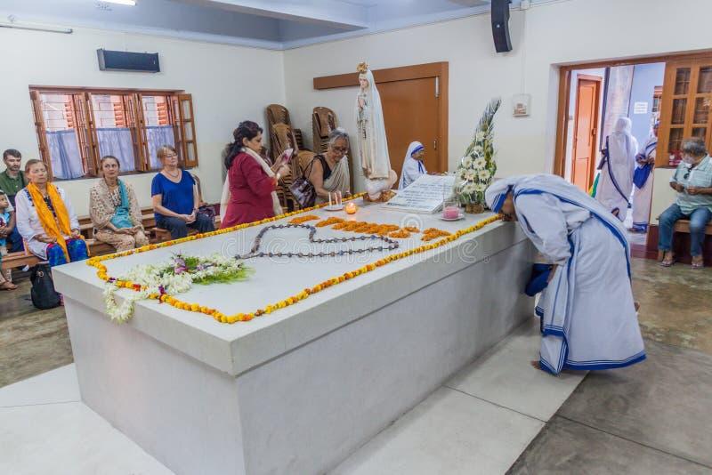 KOLKATA, INDIA - OKTOBER 30, 2016: Weergeven van het graf van Moederteresa in Moedershuis in Kolkata, Indi royalty-vrije stock afbeelding