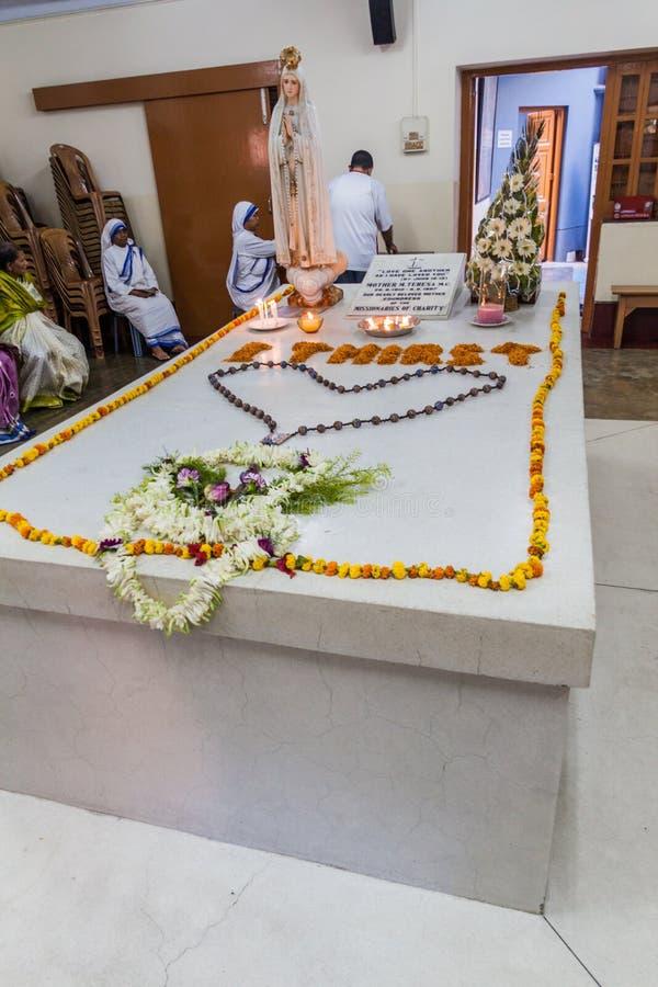 KOLKATA, INDIA - OKTOBER 30, 2016: Weergeven van het graf van Moederteresa in Moedershuis in Kolkata, Indi stock afbeeldingen