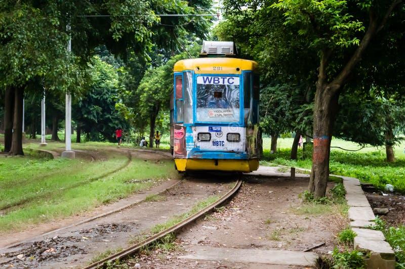 KOLKATA, INDIA - 15 2019 Styczeń: Historyczny i dziedzictwo tramwaj Calcutta bieg na śladzie wewnątrz zdjęcia royalty free