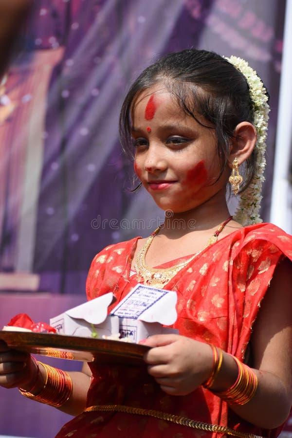 """Kolkata Indien †""""Oktober 19 2018; Kvinnor deltar i Sindur Khela på en puja som är pandal på den sista dagen av den Durga pujaen royaltyfria bilder"""
