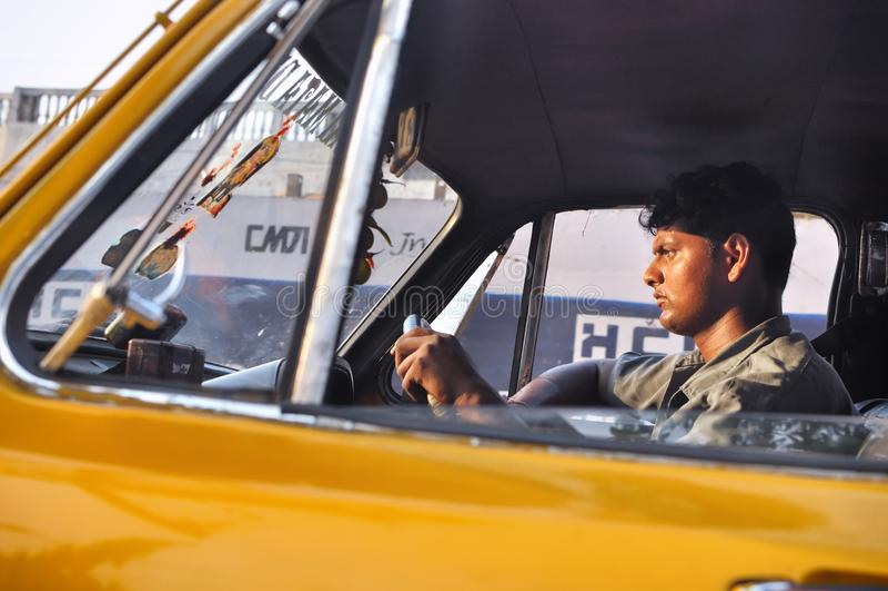KOLKATA INDIEN - APRIL 2012: Man för taxichaufför som kör bilen i Kolkata, Indien som av April 16, 2012 arkivbild