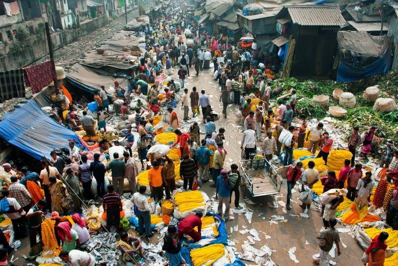 KOLKATA, INDIEN: Draufsicht der Menge der Kunden und der Verkäufer des Blumen-Marktes Mullik Ghat lizenzfreies stockbild