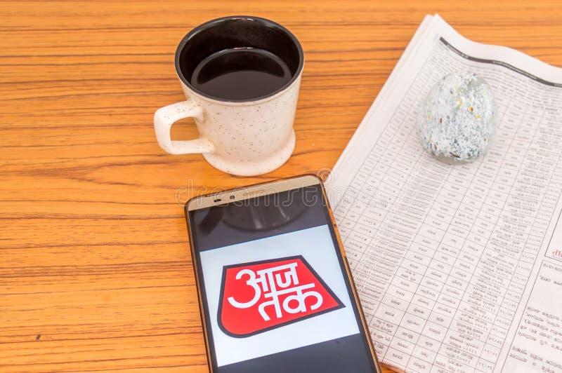 Kolkata, Indien, am 3. Februar 2019: Nachrichten Aaj Tak Hindi Appanwendung sichtbar auf Handyschirm und über ein hölzernes geset lizenzfreies stockfoto