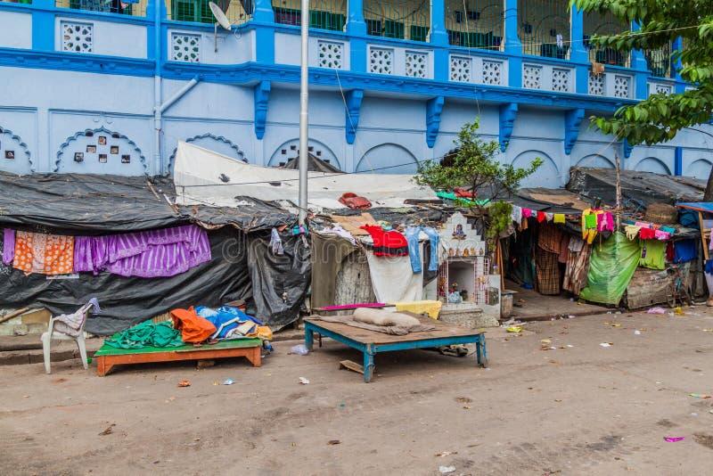 KOLKATA, INDIEN - 31. OKTOBER 2016: Einfache Wohnungen von verarmten Leuten nahe Kalighat-Tempel in Kolkata, Indi stockfotos