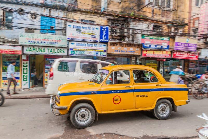 KOLKATA INDIEN - OKTOBER 27, 2016: Sikt av den gula Hindustan ambassadörtaxien i mitten av Kolkata, Ind royaltyfria bilder