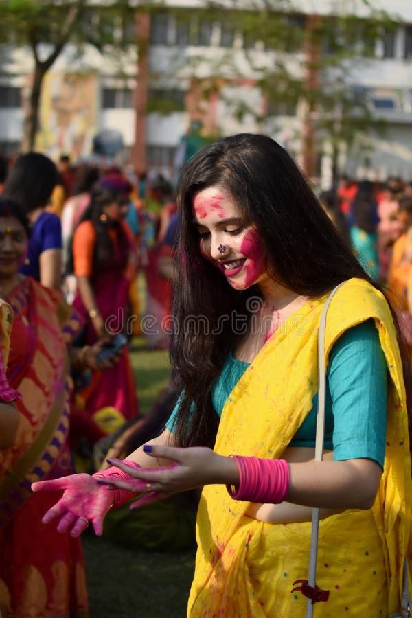 Kolkata, la India - 18 de marzo de 2019; Los estudiantes de Rabindra Bharati University celebran ?Basanta Utsav ?en su campus en  imagenes de archivo