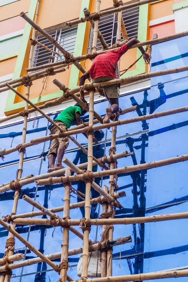 KOLKATA, LA INDIA - 27 DE OCTUBRE DE 2016: Trabajadores en un andamio de bambú en el centro de Kolkata, Ind foto de archivo