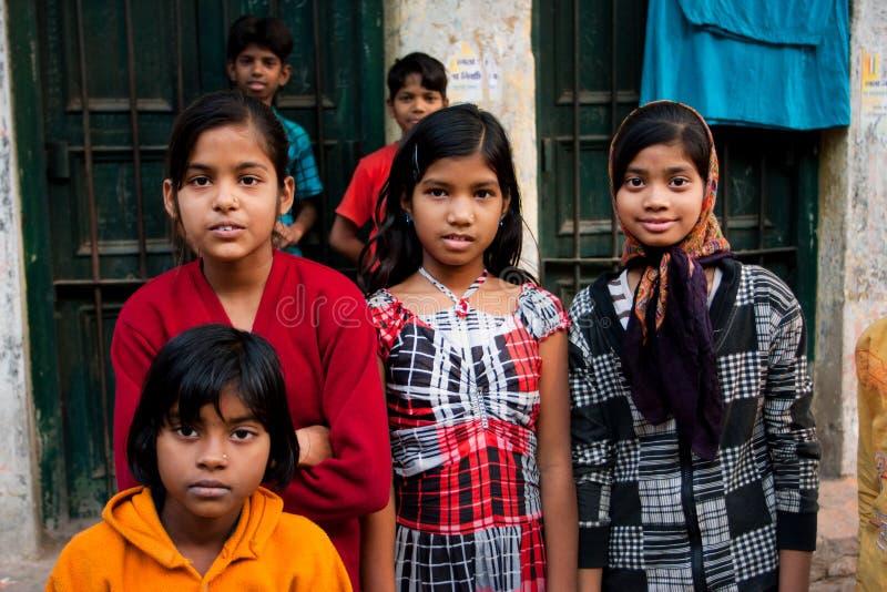 KOLKATA, LA INDIA: Los niños no identificados presentan en la calle después de clases de escuela fotos de archivo