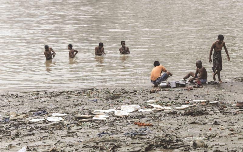 Kolkata, West-Bengal, India, 15 oktober 2018 - Mensen nemen een bad op de vervuilde bank van de Ganges Ghat Hooghly River Ondanks royalty-vrije stock fotografie