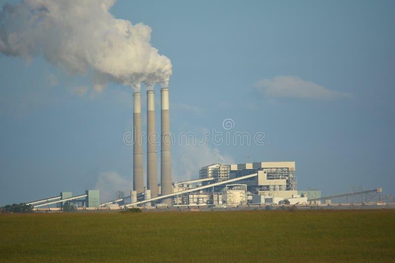 Kolkraftväxten sänder ut koldioxid från rökbuntar royaltyfria foton