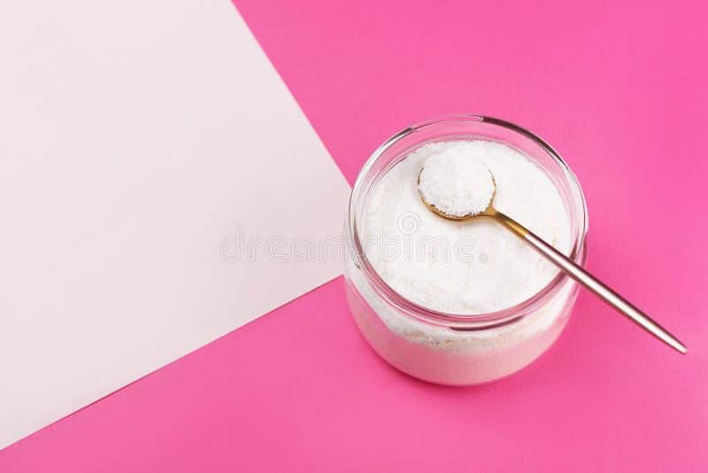 Kollagenpulver auf rosa Hintergrund stockfoto