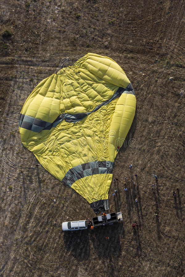 Kollapsad ballong för varm luft på jordning i Cappadocia, Nevsehir royaltyfri foto