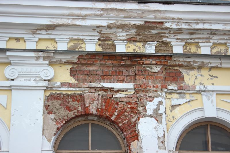 Kollapsen av murbruken från väggen, förstörelsen av byggnaden tegelstenvägg av det gamla huset rekonstruktion reparation av royaltyfri foto