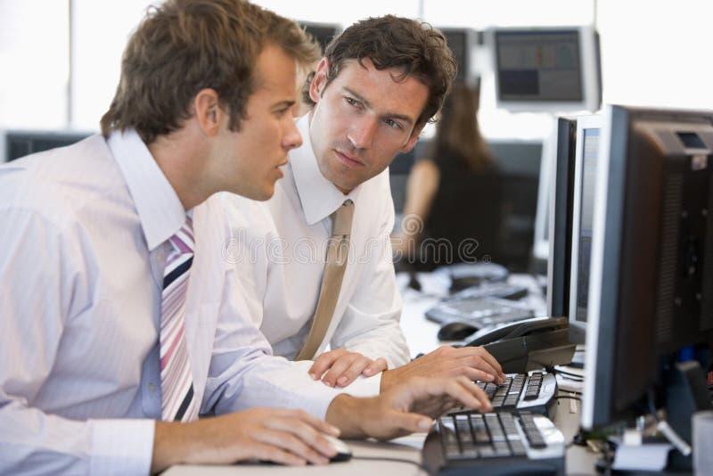 kollegadator som fungerar tillsammans royaltyfri foto