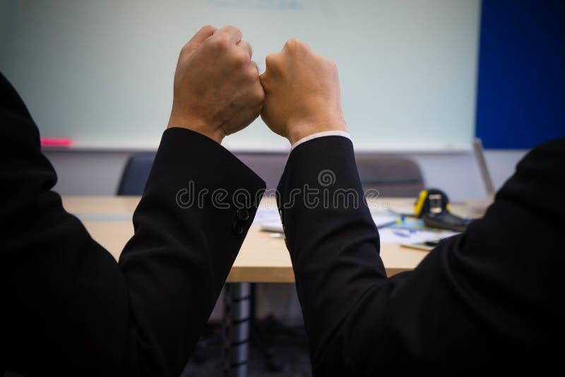 Kollegan?vebulan avslutar upp kontorsm?te F?rdig beskickning, teamworkmakt, partnerskapservicef?rtroende royaltyfri fotografi