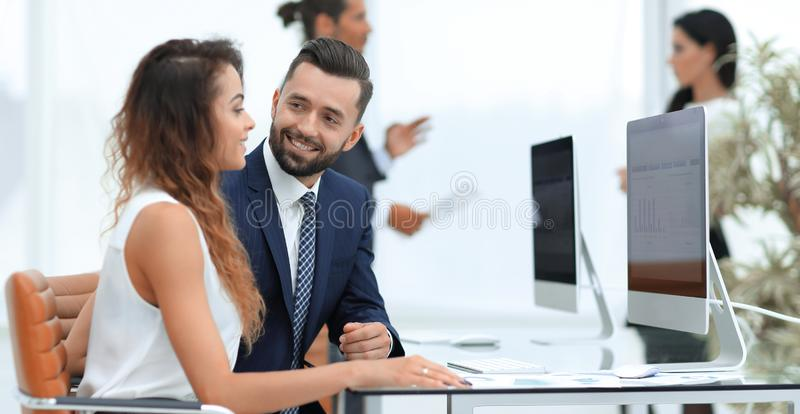 Kollegasamtal som sitter på ditt skrivbord royaltyfria bilder
