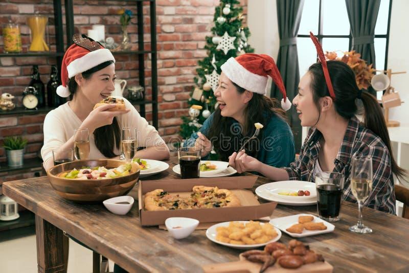 Kollege zusammen erfasst für Weihnachtsessen stockbild