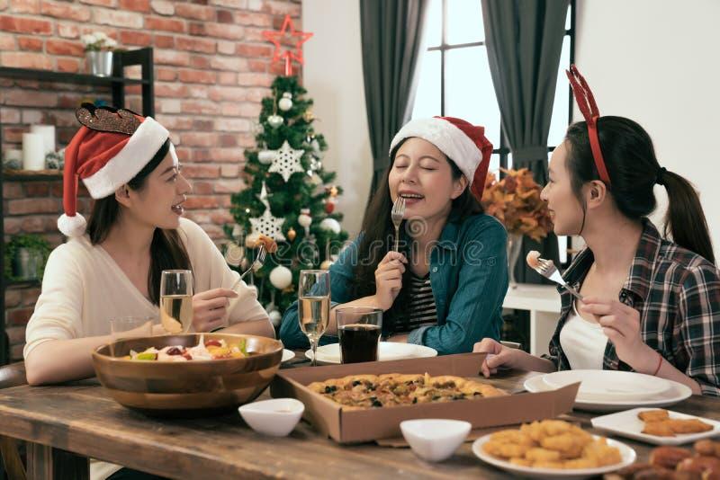 Kollege zusammen erfasst für Weihnachtsessen lizenzfreies stockfoto