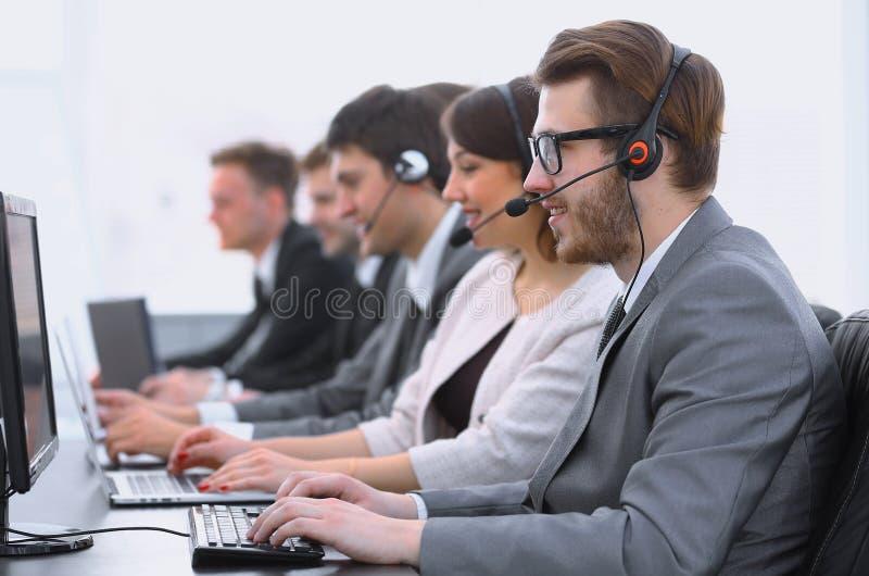 Kollegecall-center-Arbeitsplatz im Büro stockfoto