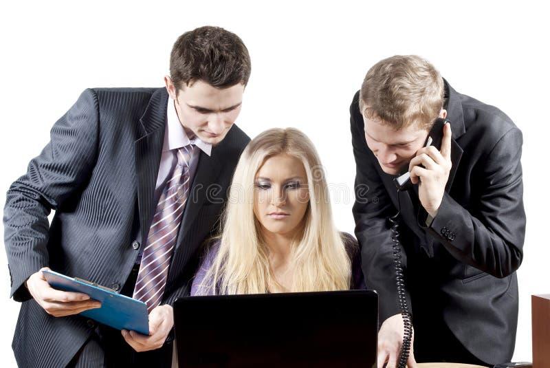 Kollegen, die am Computer arbeiten stockbilder