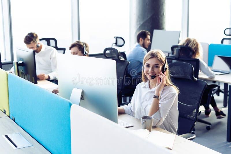 Kollegen, die in einem Call-Center arbeiten lizenzfreie stockfotografie
