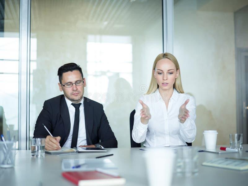 Kollegen, die Geschäft in der Sitzung besprechen stockfotografie