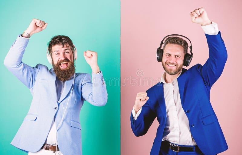 Kollegen h?ren Musik Musik und entspannt sich Genie?en b?rtiger Gesichtsgesellschaftsanzug der M?nner Lied Titelliste f?r B?roarb stockfotografie
