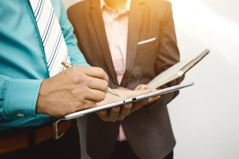 Kollegen und Buchhalter, die Finanzdatengeschäft analysieren lizenzfreies stockfoto