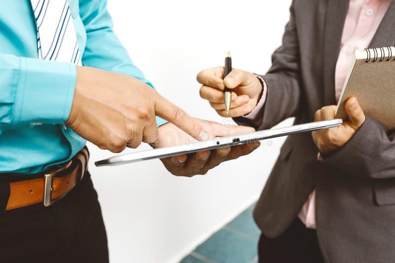 Kollegen und Buchhalter, die Finanzdatengeschäft analysieren stockbilder