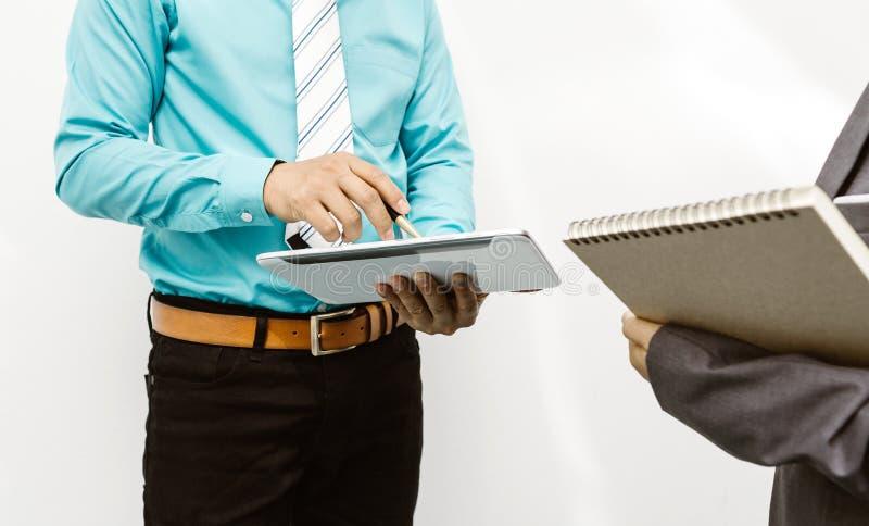 Kollegen und Buchhalter, die Finanzdatengeschäft analysieren lizenzfreie stockbilder