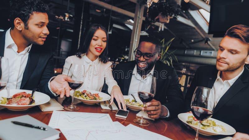 Kollegor för affärsfolk som är företags i restaurang royaltyfri bild